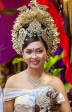 Moderná nevesta z Bali s tradičnými prvkami