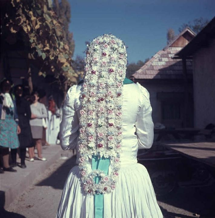 Svetová svadba! - Toto je detail našívanej výzdoby z party nevesty. Dolné Príbelce (okr. Veľký Krtíš), 1968. Už nevidno žiadnu podobu medzi vtedajšou a dnešnou slovenskou nevestou. Akurát že boli a aj sú krásne :)