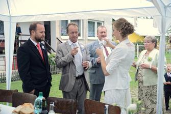 Veľkí aj malí svadobčania si krátili čas čakania na ženícha, každý po svojom...