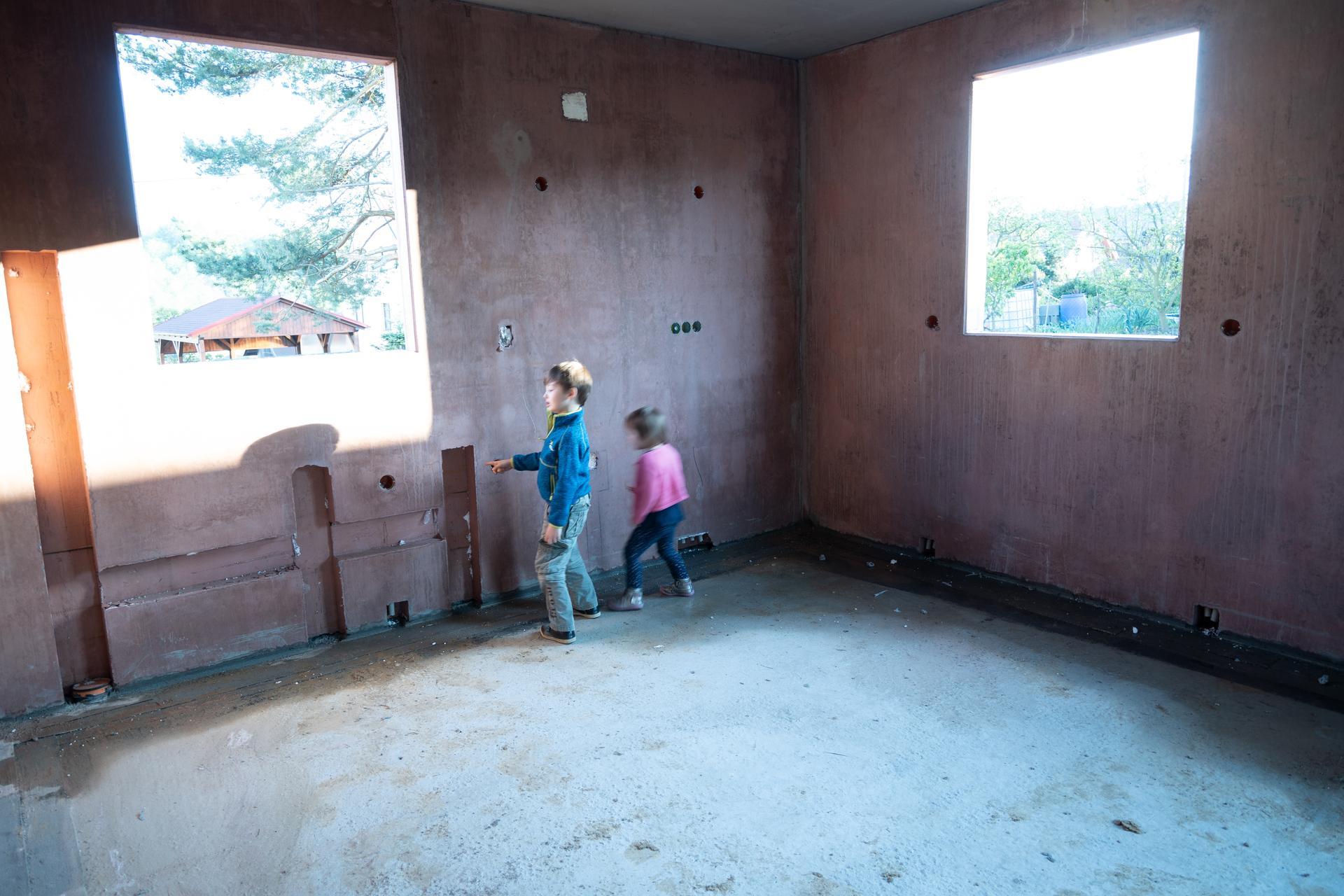 Výstavba s DJT (Liapor) - Ve stěnách jsou již z výroby připraveny veškeré drážky na instalace odpadů, vody a el.vedení.