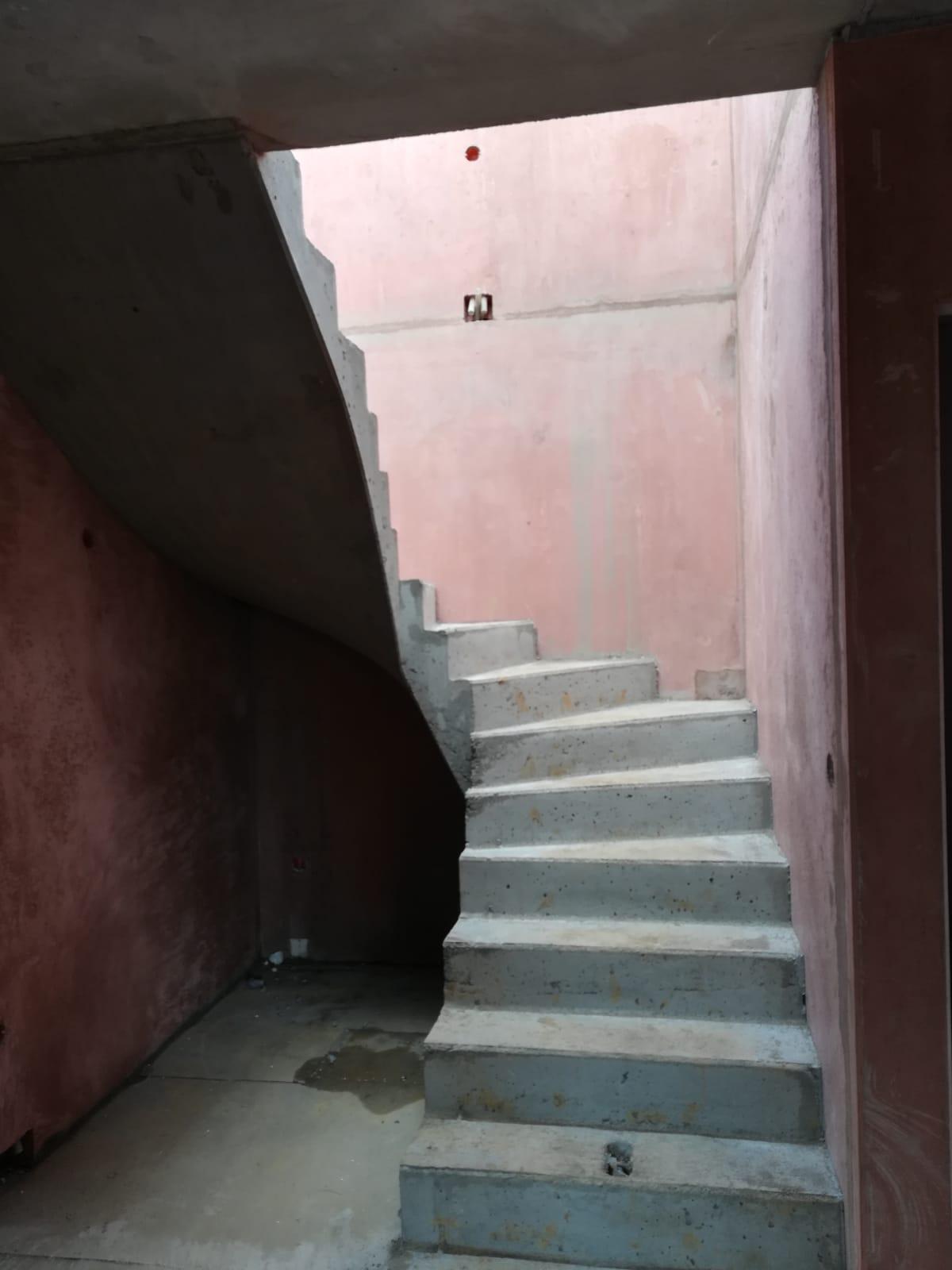 Výstavba s DJT (Liapor) - Již nainstalované schodiště. Je moc pohodlné a prostorné. Jeden z prvků, který na domě vysloveně milujeme. ;-)