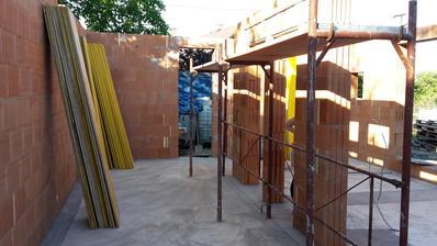 Pravidlo 2x meraj a raz strihaj sa naplnilo. V ľavej stene má byť betónová kapsa pre ukotvenie oceľového schodiska.
