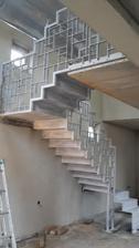 urobil som parádnu blbosť.. kotvenie schodov na podlahe nie je zaizolované. Pod železnú platňu som dal iba hydroizoláciu, mal som dať aj styrodur :/