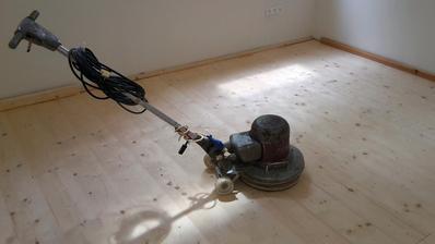 Praveký nástroj na brúsenie. s počiatku neposlúchal, preto som dal k stene drevá. aby ich neobúchal. Po brúsení nnanesený tvrdý voskový olej od Ciranova, extra biely