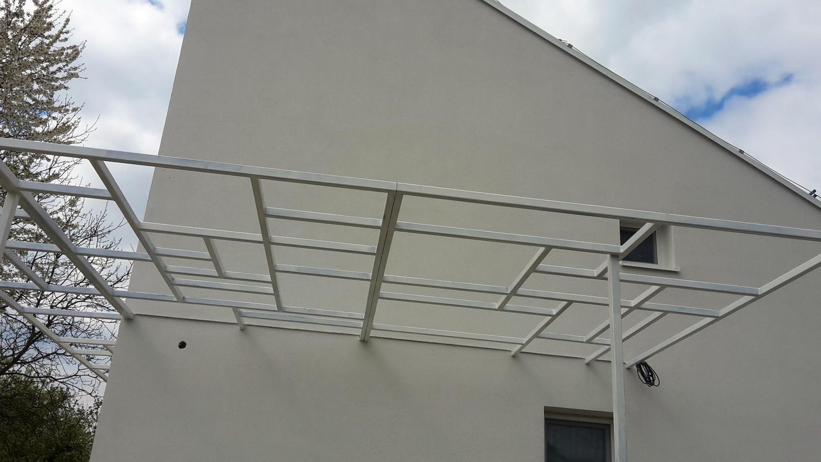 Exterier - terasová konštrukcia, pozinkovaný jokel, biely náter. čaká na zastrešenie