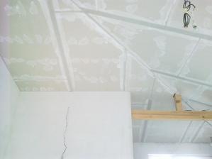 naša kuchyňa s obývačkou s otvoreným stropom a priznaným trámom