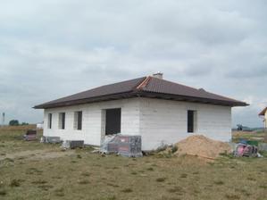 už skoro hotová střecha..a jede se dál :o)