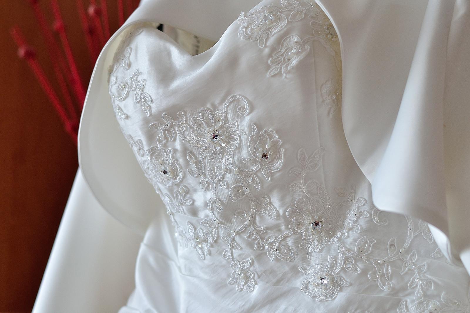 Svatební šaty na jedno ramínko - Obrázek č. 4