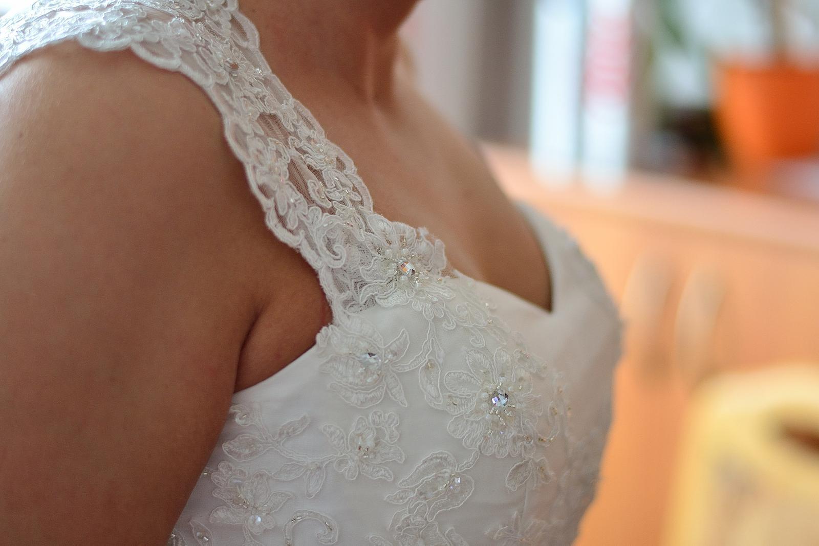Svatební šaty na jedno ramínko - Obrázek č. 3