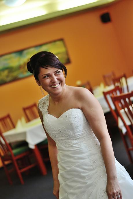 Svatební šaty na jedno ramínko - Obrázek č. 1