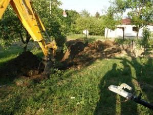 kopanie základov na plot