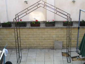 Jlikož hotel kde budeme mít svatbu nemá svojí svatební bránu, nechali jsme si jí vyrobit....