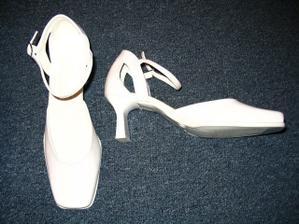 ...mé svatební boty....za 400,- u vietnamců