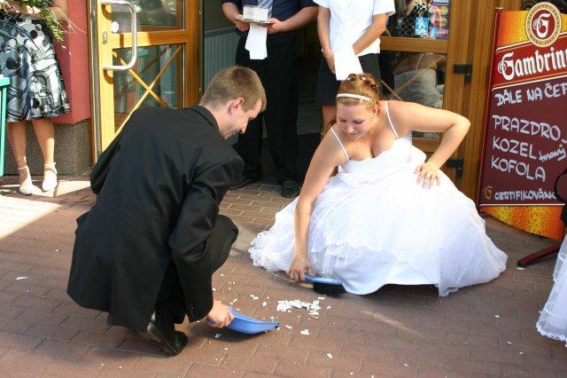 Svatební oslava - Zametáme