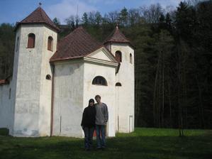 Před kostelíkem, kde se budeme brát