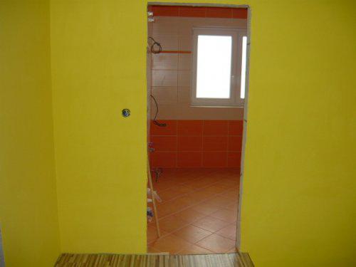 Nas farebny domcek - chodba na poschodi pohlad do kupelne