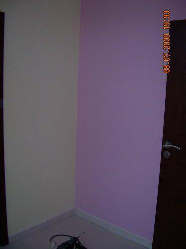 Nabytok - fialova je stena oproti vchod.a na tuto stenu sa otvaraju dvere