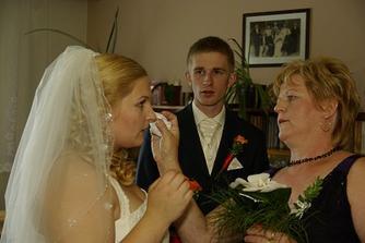 dojatá uplakaná nevěsta