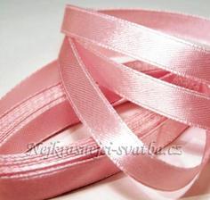 růžová saténová stuha na vývazek