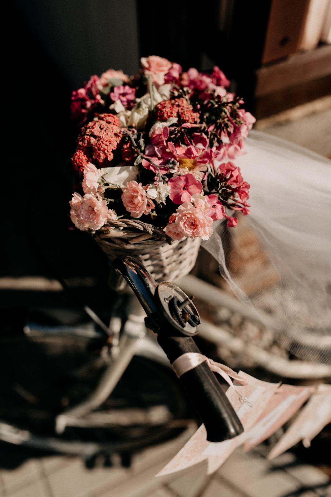 Hanka{{_AND_}}Ondra - na květinový košíček jsme použily zbylé kytičky z Loukykvět a ostatní co dala naše zahrada :)