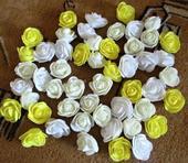 Pěnové růžičky žluté, bílé a vanilkové barvy,
