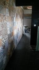 retro stena z maleho wc do garaze
