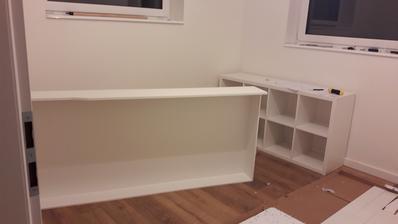 Pokracujeme vo vybalovani... zasuvka pod postel a knihovnicka