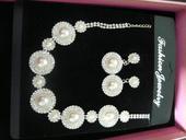 Perlový náhrdelník a náušnice,