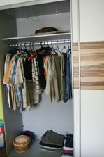 rozdíl mezi mužem a ženou :-)))) sice tady ještě nemá všechno oblečení ale stejně mu zbude moooooooooooc místa :-))) nj chlapi spokojí se s málem :-)