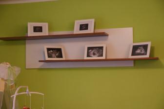 Tak a už i poličky máme :-) včetně Adámkových fotek z ultrazvuku :-)