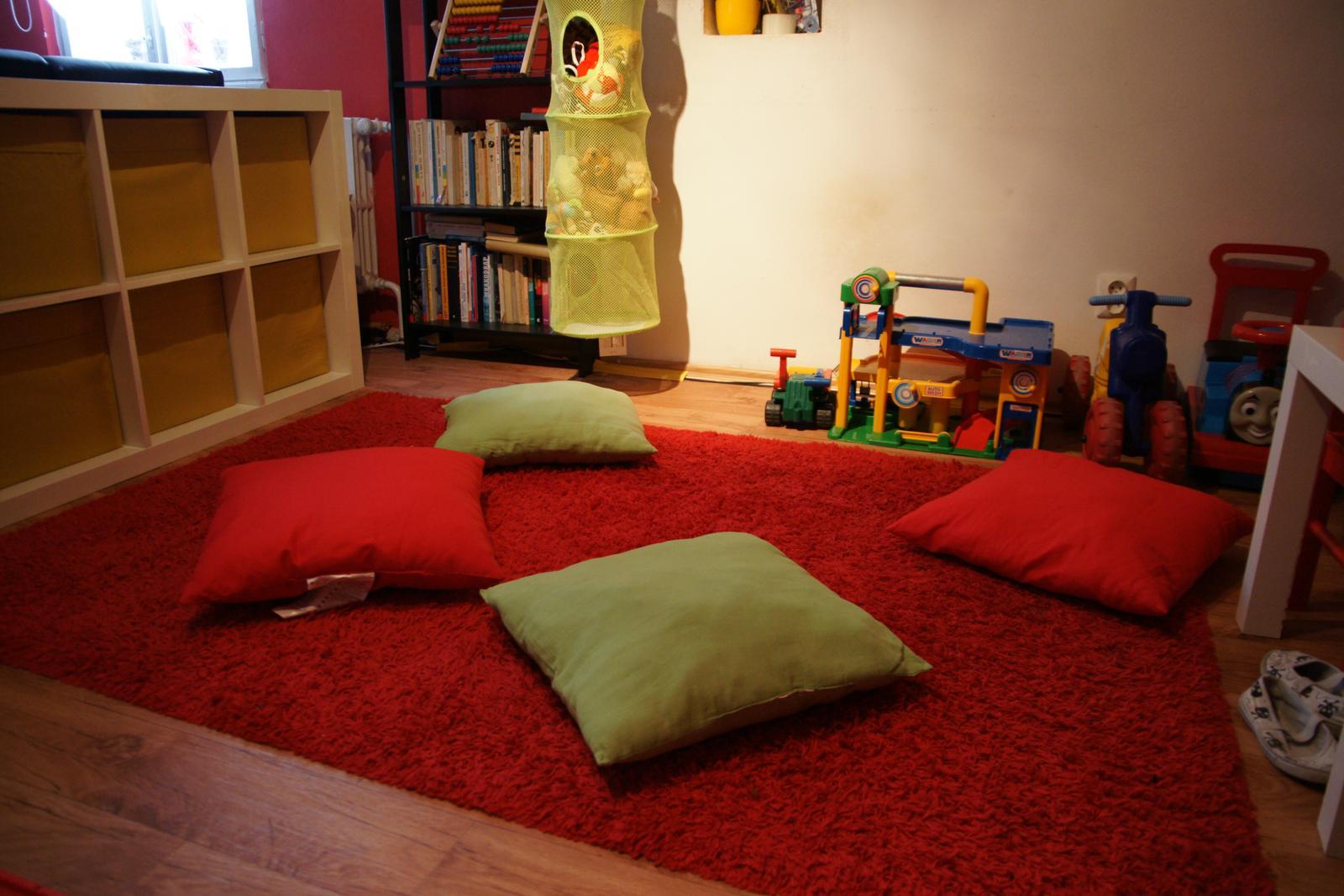Náš  byteček - místo na hraní i odpočinek druhá polovina je bez koberce