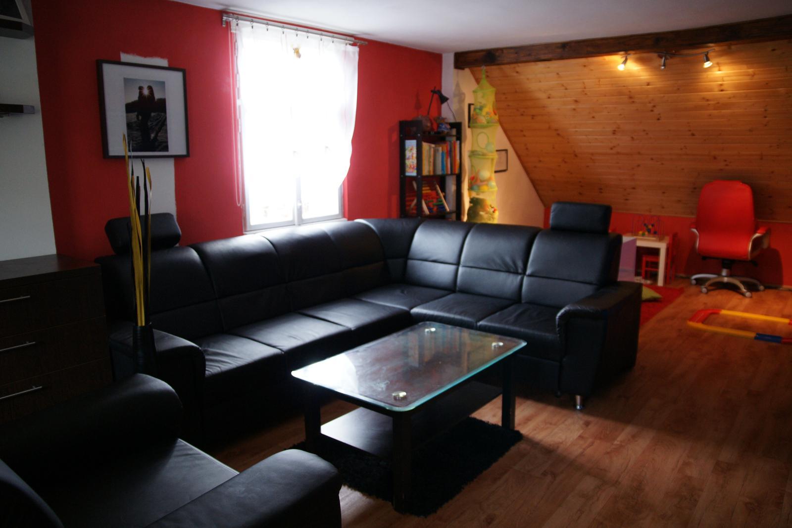 Náš  byteček - Momentální pohled na celý prostor, ale za sedačkou bude zeď aby oddělila obývací čast a dětský koutek a budem malovat takože se přece jen něco trochu ještě změní