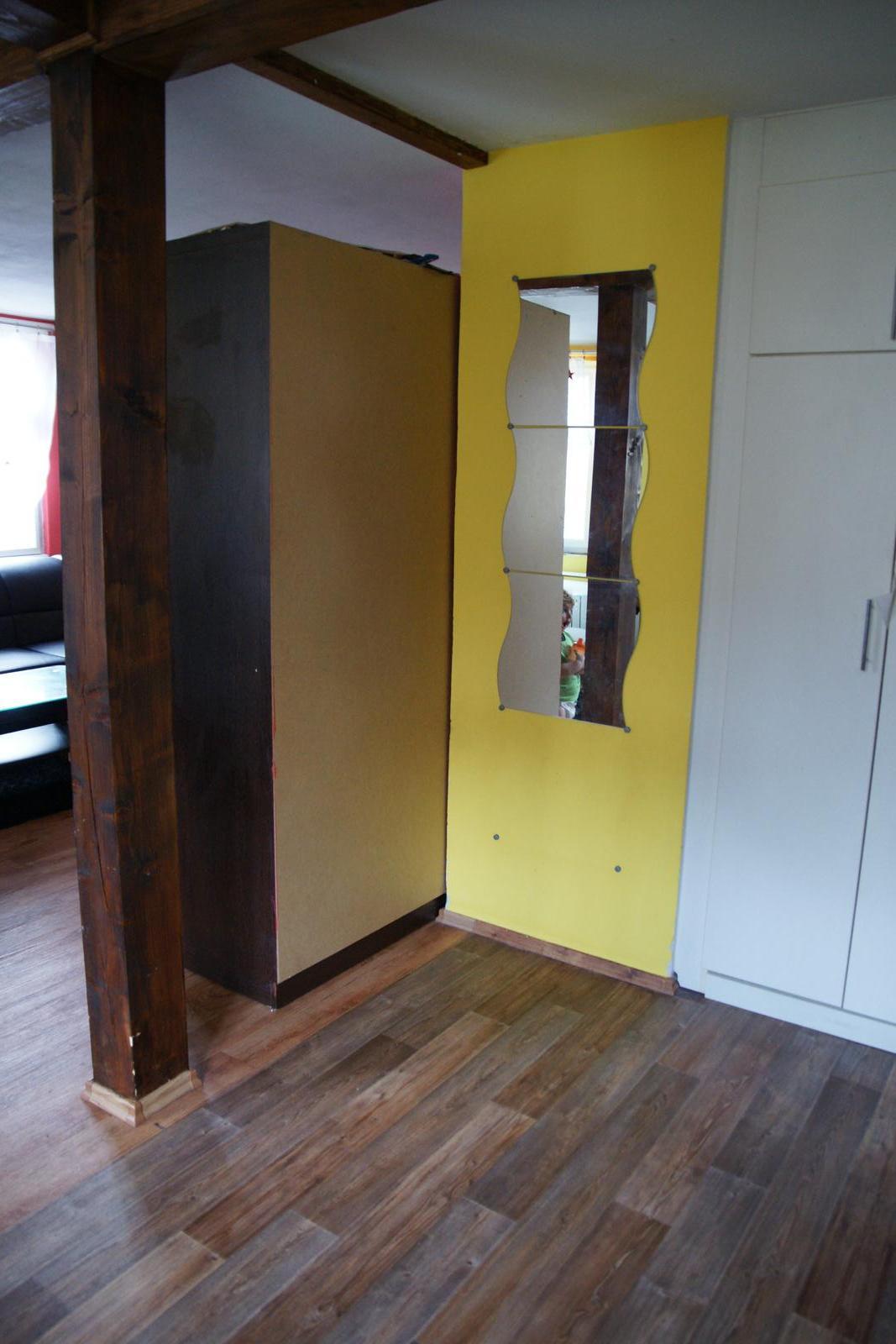 Náš  byteček - pohled z kuchyně, roh bude zazděný a přibude tapeta