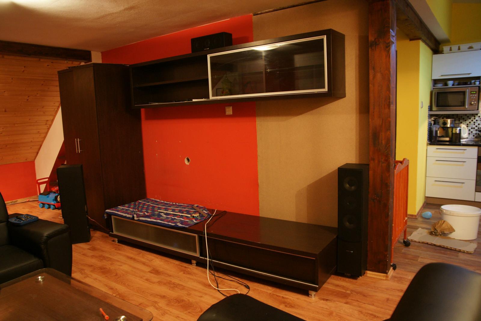 Náš  byteček - Stěna je přidaná a nábytek posunutý, teď ještě posunout kabely na TV a může se tapetovat