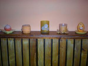 moje oranžové svíčky na chodbě, škoda že ty foťáky a světla tak mění barvy, jsou krásně pestré