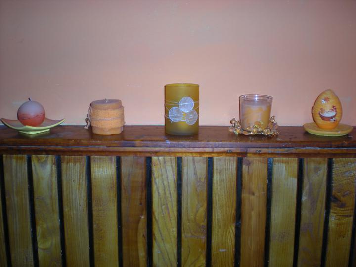 Náš  byteček - moje oranžové svíčky na chodbě, škoda že ty foťáky a světla tak mění barvy, jsou krásně pestré