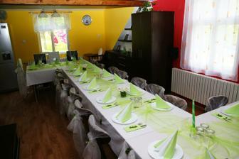 a takhle to u nás vypadalo když jsem se snažila vyzdobit stůl na svatební snídani pro švagrovou