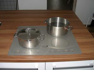 poprvé vaříme :-) indukce je super, voda se vaří za 10 sekund