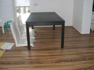 potřebuju poradit,koupila jsem stůl,ale měl být tmavě hnědý,nějakým nedopatřením je černý a já myslím,že se sem vůbec nehodí, co myslíte?