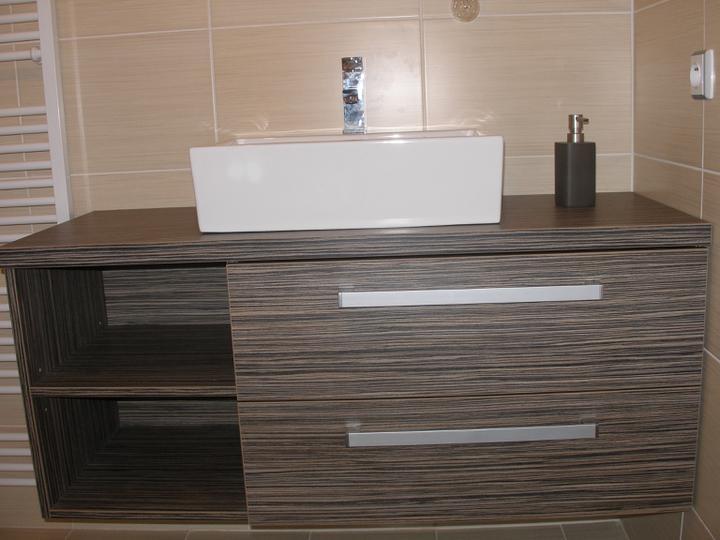 SKORO HOTOVO - konečně visí skříňka v dolní koupelně