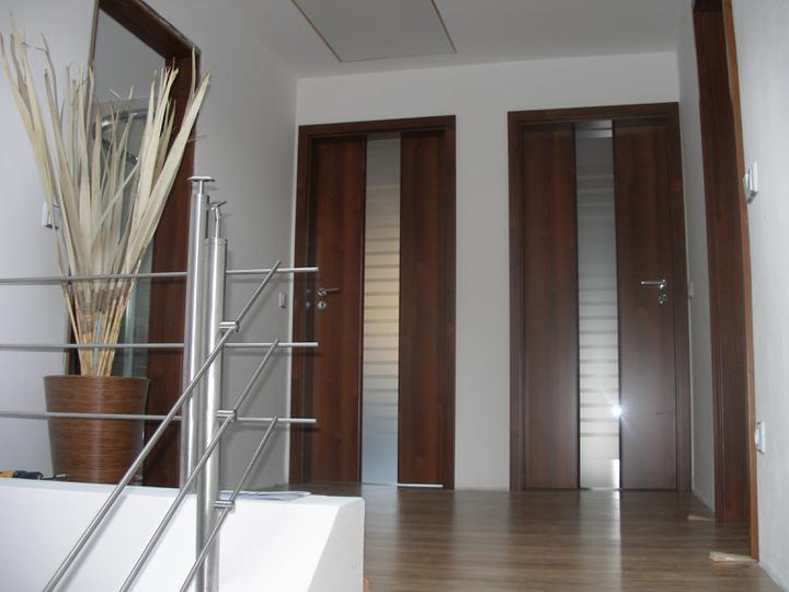SKORO HOTOVO - začínají se rýsovat dveře..