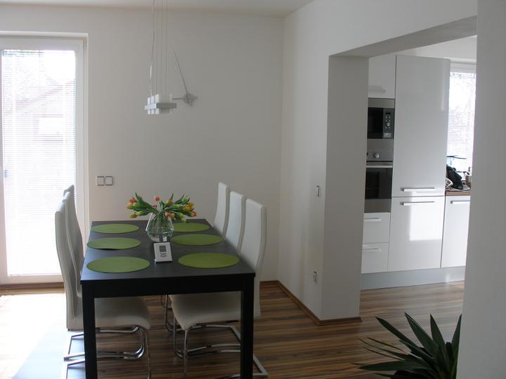 SKORO HOTOVO - tady také přemýšlím o tapetě nebo vymalování, za těmi hodinami, je to moc bílé a jednoduché, poradíte?