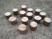Dřevěné stojany na jmenovky,