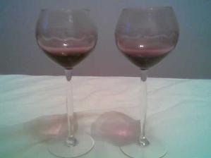 Naše svadobné poháre - mali by ladiť s výzdobou sály - v skutočnosti svetlejšie
