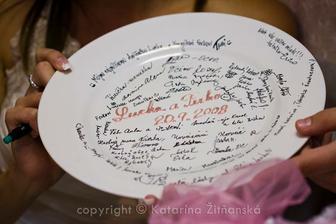 Tanierik s podpismi na pamiatku