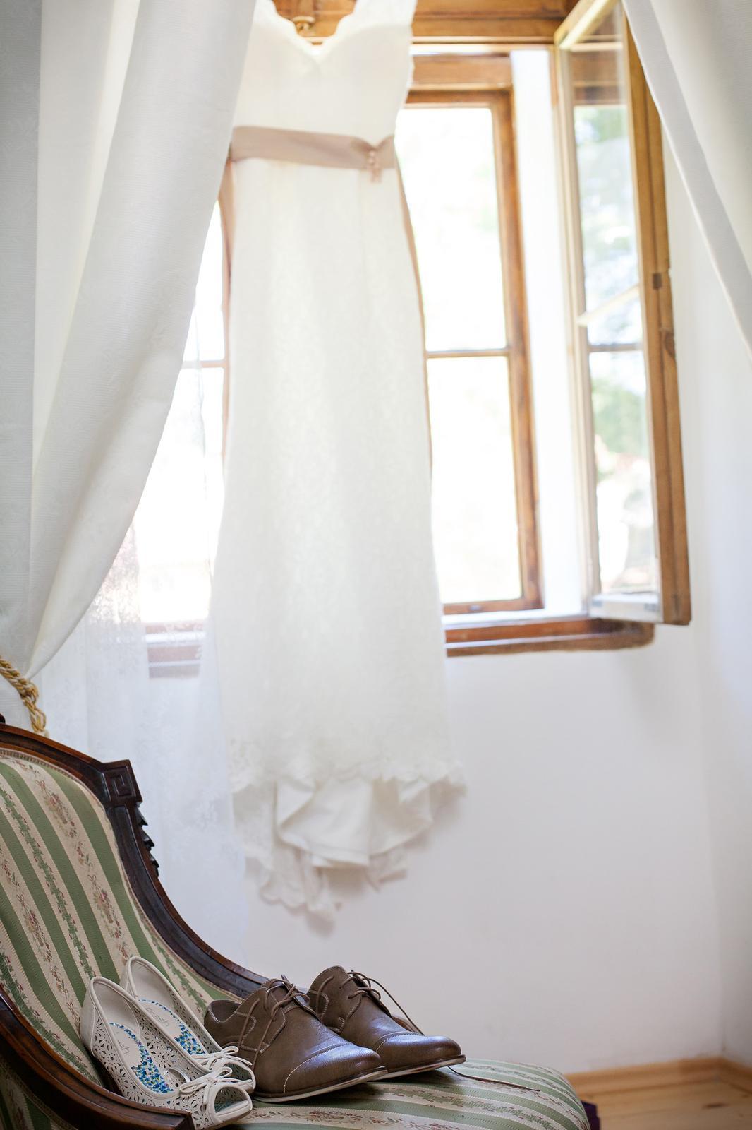 Celokrajkové svatební šaty bez rukávů s kratší vlečkou - Obrázek č. 1