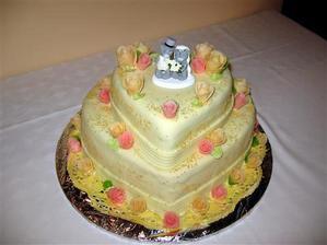 takáto svadobná torta s marcipánovými ružami