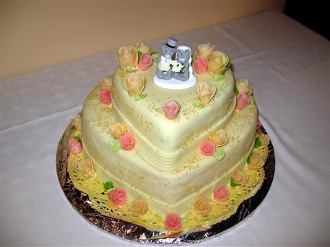 Honey a palino - takáto svadobná torta s marcipánovými ružami