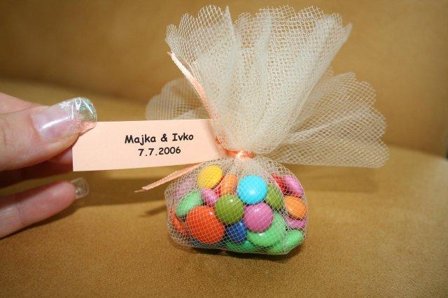 Moje predstavy - sú tam lentilky a cukrové srdiečka + zozadu naše mená a dátum svadby