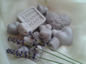 darčeky pre hostí - ručne robené levanduľové mydielka s kozím mliekom